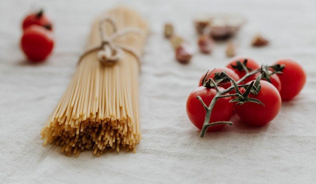 Pasta italiana En leche de coco y verduras al estilo asiático