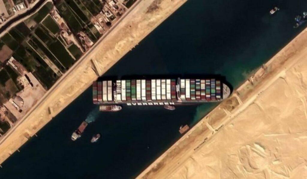 Bloqueo millonario: Buque japonés sigue encallado en el canal de Suez