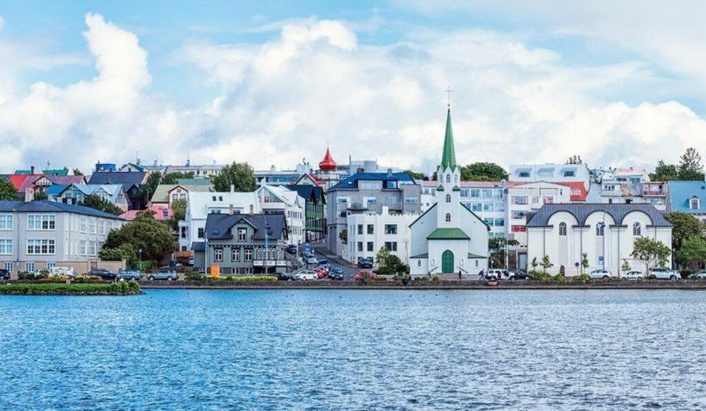 Islandia: Se abrazan y se besan al declararse libres del Covid-19